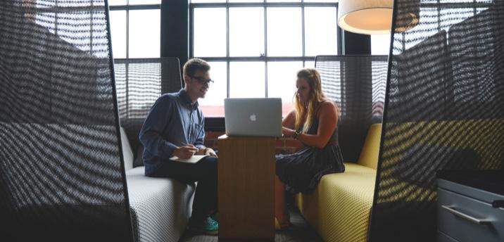 Online-Recruiting mit Recruiting-Services. Ein Mann und eine Frau, die zusammen an einem Laptop arbeiten